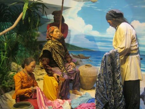 Pakikipagkalakalan ng mga Tsino sa sinaunang bayan.  Diorama sa Bahay Tsinoy sa Intramuros, Maynila.
