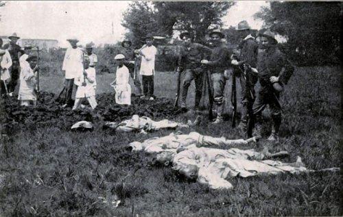 Mga nakangiting Amerkano, February 5, 1899.  Nakapose na mga Amerikano sa tabi ng mga namatay na mga Pinoy.  Mula kay Arnaldo Dumindin.