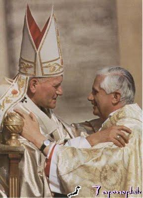 Papa sa papa:  Si Cardinal Joseph Ratzinger habang binabati ang bagong papa noon na si John Paul II.