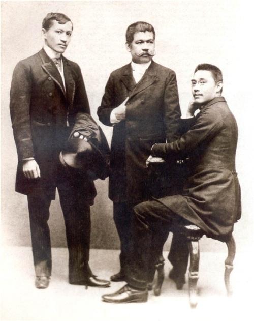 Jose Rizal, Marcelo del Pilar at ...Sino nga ba yung nakaupo na iyon??? Mula sa Kasaysayan:  The Story of the Filipino People.