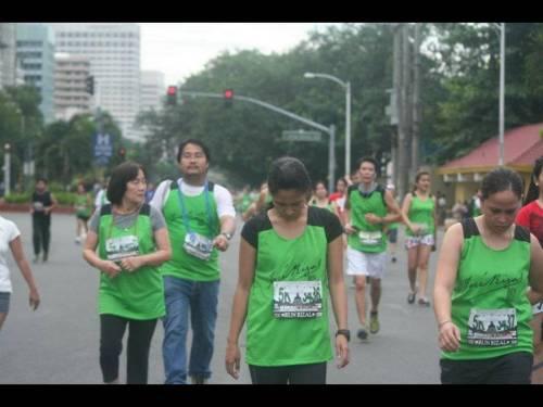 Si Xiao Chua kasama si Ma'am Esther Lopez-Azurin, direktang kaanak ni Paciano Rizal, habang tumatakbo sa Run Rizal Marathon, September 2011.