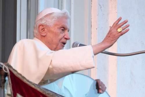 Ang huling pagpapaalam ni Benedict XVI noong February 28, 2013 sa balkonahe ng kastilyo ng Castel Gandolfo, nakasuot pa ang singsing ng mangingisda.