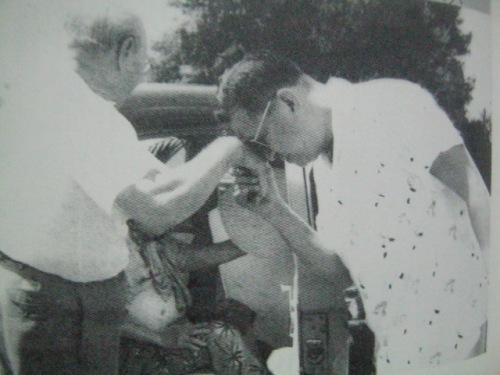 Si Magsaysay habang nagmamano sa kanyang ama.  Mula sa Magsaysay:  The People's President.