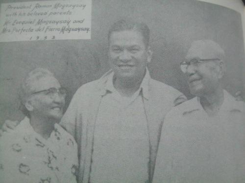 Si Magsaysay kasama ang kanyang mga magulang na sina Exequiel Magsaysay at Perfecta del Fierro.   Mula sa Magsaysay:  The People's President.