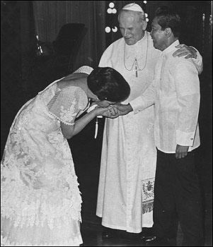 Ang paghalik sa kamay ni Unang Ginang Imelda Marcos sa Santo Papa habang nanonood ang Pangulong Marcos sa pagbisita ng kanyang kabanalan sa Pilipinas, 1981.
