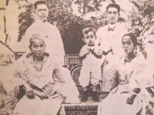 Nakatayo:  Kapatid ni Emilio na si Baldomero, anak na si Miguel at Emilio Aguinaldo.  Nakaupo:  Inang si Trinidad Famy at kapatid na si Felicidad.  Mula sa Great Lives Series.