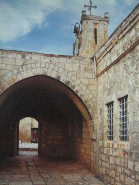 Ang bahay ni Annas, tatay ni Caiaphas, na ngayon ay Simbahan ng Banal na Arkanghel sa Herusalem.  Kuha ni Ken Duncan mula sa Where Jesus Walked.