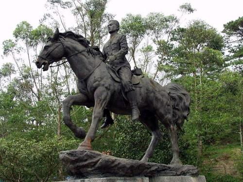 Monumento ni Heneral Aguinaldo na nangangabayo sa Museo Aguinaldo (Suntay branch) sa Lungsod ng Baguio.
