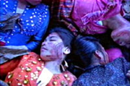 Dramatisasyon ng mga patay na Morong Tausug sa Bud Daho.  Mula sa Memories of a Forgotten War.