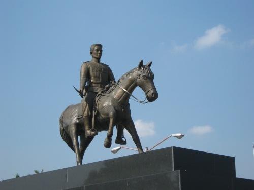Monumento ni Heneral Aguinaldo na nangangabayo sa plaza sa harap ng Dambanang Aguinaldo.  Kuha ni Xiao Chua.