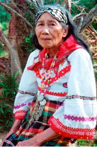Conchita Gilbaliga, isang buhay na binukot ng Panay.  Mula sa http://www.thenewstoday.info/2008/11/21/stitching.generations