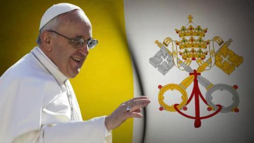 Si Papa Francisco at ang bandila ng Vatocano na may mga susi at triregnum pa rin.