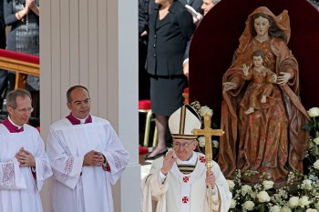 Ang bagong Santo Papa Francisco sa kanyang pagpapasinaya, March 19, 2013 sa Piazza San Pietro sa Lungsod ng Vaticano.