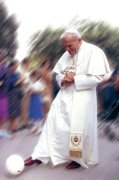 Ang pulang sapatos ni Pope John Paul II.