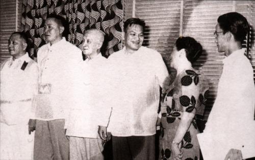Si Pangulong Magsaysay kasama ang dating Pangulong Osmena sa Cebu, 16 March 1957.  Mula kay Manuel Quezon, III.