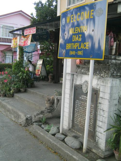 Sa sari-sari store na ito sa Plaza ng Paoay ang pook sinilangan ni Valentin Diaz.  Mga Kuha ni Xiao Chua.