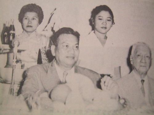 SI Pangulong Ramon Magsaysay habang kumakain kasama ang dating Pangulong Sergio Osmena.  Mula sa aklat na Ramon Magsaysay:  A Political Biography ni Jose Abueva.