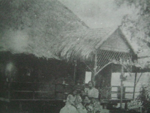 Ang bahay ni Paciano sa Los Banos sa tabing lawa.  Mula sa Lolo Jose:  An Intimate Protrait of Rizal.