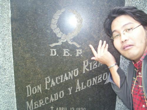 Mula sa Cementerio del Norte, inilipat ang mga labi nina Paciano, Josefa at Trinidad Rizal sa puntod na ito sa bahay ni Paciano Rizal sa Los Banos.