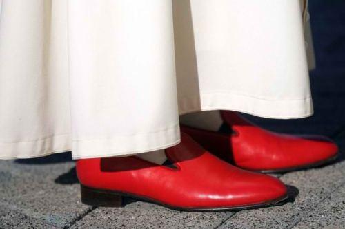 Ang pulang loafers ni Benedict XVI ay...
