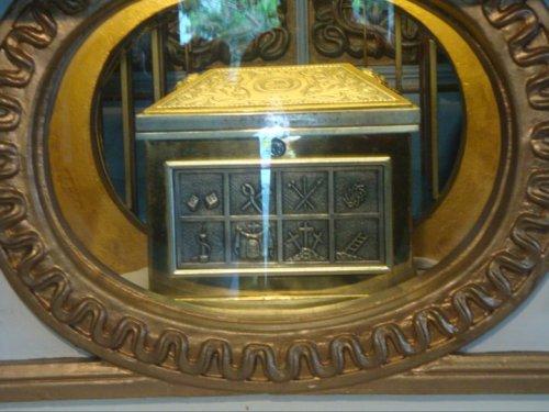 Ang arqueta na nagtataglay ng sinasabing isang piraso ng kahoy na nagmula sa mismong krus na pinagkamatayan ng ating Mahal na Panginoong Hesukristo na nakalagak ngayon sa Monasterio de Tarlac.
