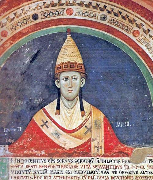 Papa Inocente III (1198–1216) nakasuot ng isang maagang toarang papal, sa isang fresco sa cloister ng Sacro Speco, mga 1219.  Mula sa Wikipedia