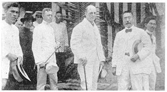 Si Gobernador Heneral William Cameron Forbes kasama sa kanan si Mariano Ponce, isa sa kanyang mga tagapayo.