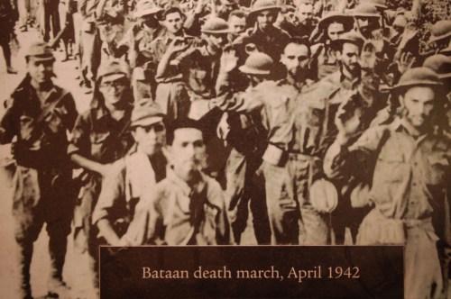 Larawan ng pagsuko sa Bataan na sinundan ng pagpapalakad ng isandaang kilometro sa mga sundalong Pilipino-Amerikano, ang Death March.