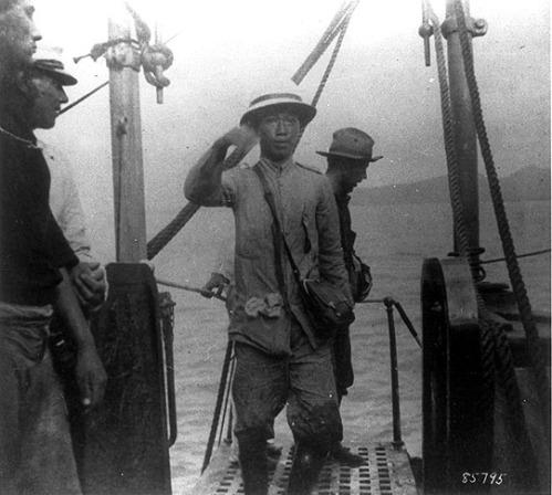 Si Aguinaldo matapos sumuko sa mga Amerikano sakay ng barko pabalik ng Maynila, 1901.