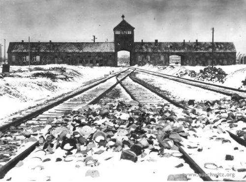 Ang notoryus na bukana ng Auschwitz-Birkenau kung saan tumitigil ang mga tren na may dalang Hudyo.