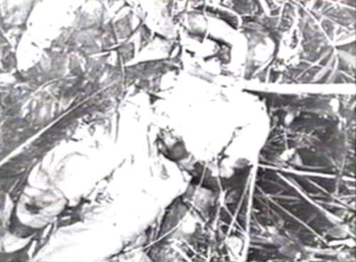 Ang bangkay ng Pangulong Ramon Magsaysay sa pinangyarihan ng pagbagsak ng eroplano.  Mula sa dokumentaryong In Our Image.