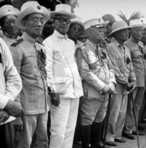 Si Heneral Aguinaldo kasama ang kanyang mga beterano.