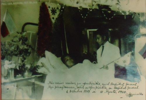 Larawan ni Heneral Aguinaldo sa banig ng operasyon para sa apendicitis, 1919.  Mula sa Dambanang Aguinaldo.