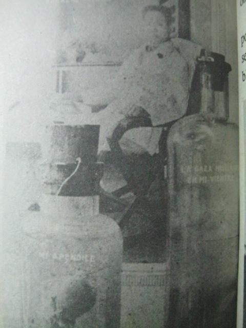 Si Heneral Aguinaldo sa harapan ng mga bote ng kanyang preserved appendix at ng naiwang gasa sa kanyang tiyan.