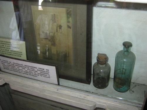 Ang mga bote ng gasa at appendix na naroon pa rin sa botikin (maliit na botika) ng Dambanang Aguinaldo.