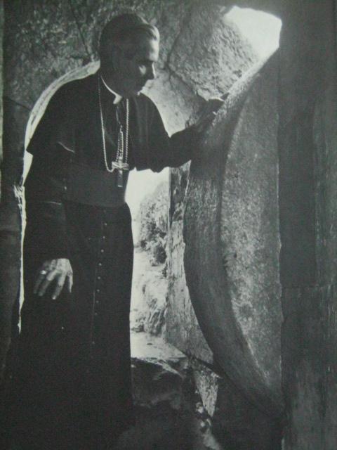 Si Obispo Fulton J. Sheen habang nasa isang libingang Hudyo sa panahon ni Herodes, sa ganitong libingan hinimlay at nabuhay na mag-uli ang ating Panginoon.  Kuha ni Yousuf Karsh mula sa This Is The Holy Land.