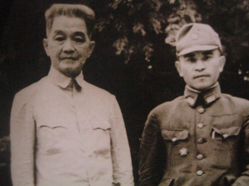 Emilio Aguinaldo at isang sundalong Hapones.  Mula sa Kasaysayan:  The Story of the Filipino People.