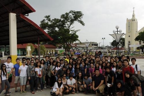 Ang mga estudyante ni Xiao Chua sa De La Salle University sa plaza ng Lungsod ng Tarlac, July 6. 2011.