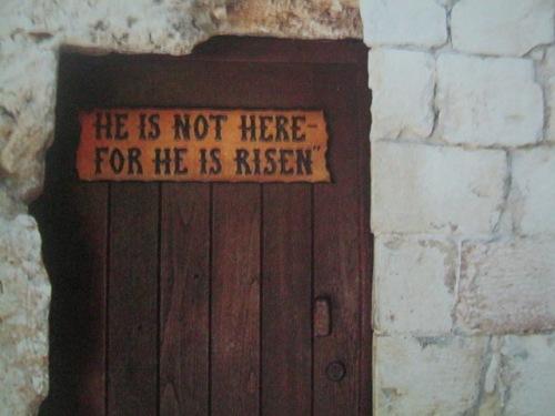 Paalala sa mga bisita ng Garden Tomb, isa pang katulad na libingan sa panahon ni Hesus.  Kuha ni Ken Duncan mula sa Where Jesus Walked.
