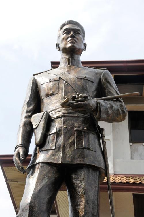 Monumento ni Aguinaldo hawak ang nakumpiska niyang espada ni Heneral Aguirre na kanyang ka-edad.  Kuha ni Xiao Chua sa Tejeros Convention Center.