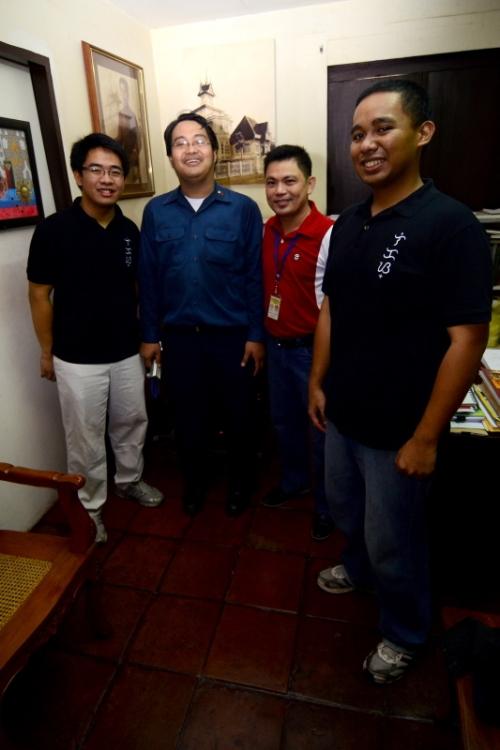 Ang mga bumubuo ng Anakbayan, Inc. kasama ang apo sa tuhod ng Heneral na si Angelo Jarin Aguinaldo, sa opisina ng Dambanang Aguinaldo, 2011.
