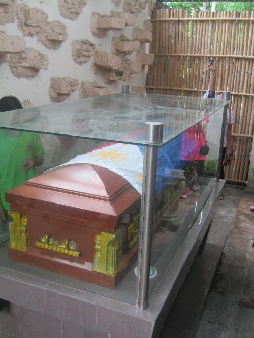 Ang kabaong ni Obispo Aglipay sa likod ng altar ng Simbahan ng IFI sa Batac, Ilocos Norte.  Kuha ni Xiao Chua