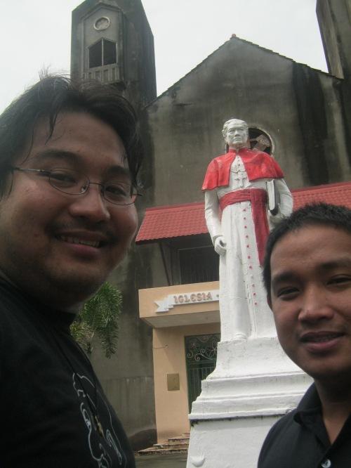 Si Xiao Chua kasama ni Jonathan Balsamo sa harapan ng monumento ni Obispo Aglipay sa Batac, Ilocos Norte.