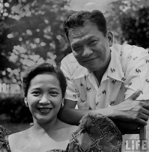 Si Ramon Magsaysay kasama ang kanyang misis na si Luz Banson Magsaysay.  Mula sa LIFE.