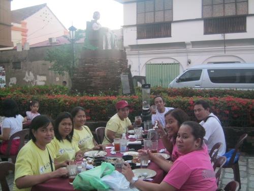 Ang Linangan Educational Trips habang kumakain sa Plaza Leona.  Mula sa Sinupan ng Aklatang Xiao Chua.