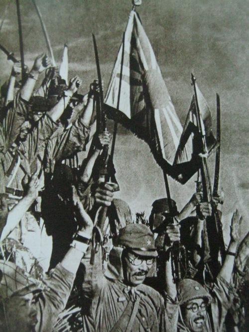 Mga sundalong Hapones, nagdiriwang at nagba-banzai sa pagbagsak ng Bataan, April 1942.