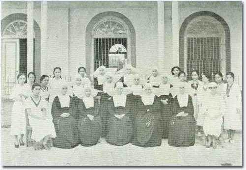 Ilang mga madereng guro at mga estudyante ng Colegio de la Inmaculada Concepcion de la Concordia sa Maynila.