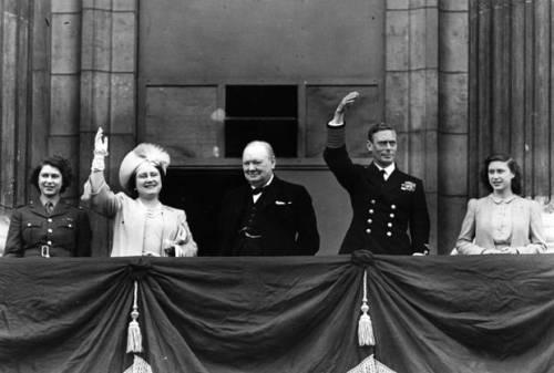 Ang Prinsesa Elizabeth (magiging Elizabeth II), Reyna Elizabeth, Primer Ministro Winston Churchill, Haring George VI at Prinsesa Margaret sa balkonahe ng Palasyon ng Buckingham noong Araw ng Tagumpay sa Europa, 1945.