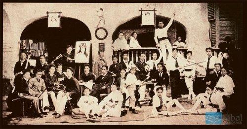 Si Jose Rizal sa tabi ng painting kasama ng kanyang mga border sa Casa Tomasina.