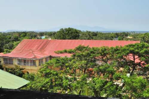 Casa Hacienda de Naic, ngayon ay Naic Elementary School mula sa kampanaryo ng Simbahan ng Naic.  Kuha ng isang estudyanteng Lasalyano ni Xiao Chua.